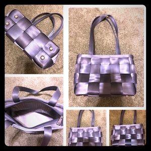 Harveys seatbelt steel blue zippered medium tote